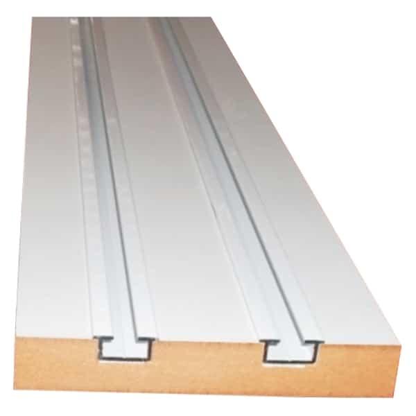 Dřevěné dvoukolejnice s kovovou drážkou.
