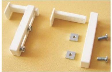 Držák látkové rolety pro montáž zavěšením bez vrtání.
