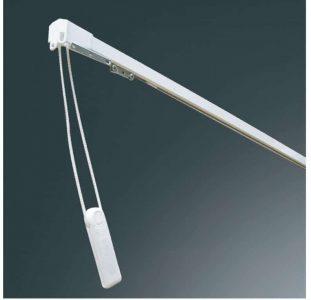 Kovová záclonová kolejnička v barvě bílé s provázkovým ovládáním.